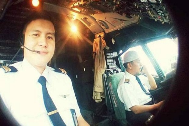 Máy bay rơi tại Indonesia: Hành động bất thường của vợ Cơ trưởng trước khi chồng bước lên chuyến bay định mệnh khiến bà có linh cảm xấu - Ảnh 6.