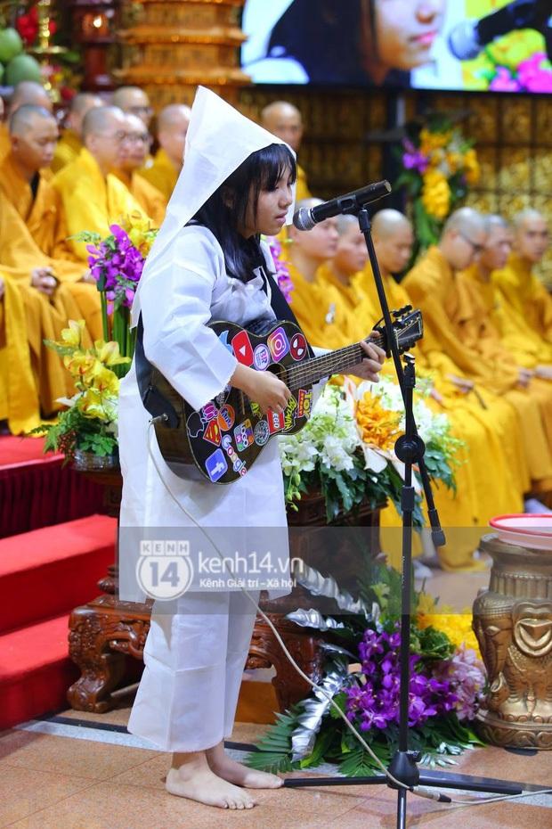 Clip con gái Vân Quang Long khóc lạc giọng hát tiễn biệt cha, khiến vợ Ưng Hoàng Phúc và dàn sao rơi nước mắt - Ảnh 7.