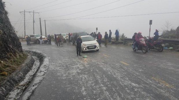 Băng tuyết khiến mặt đường trơn trượt, Lào Cai cấm tạm thời một số tuyến đường - Ảnh 1.
