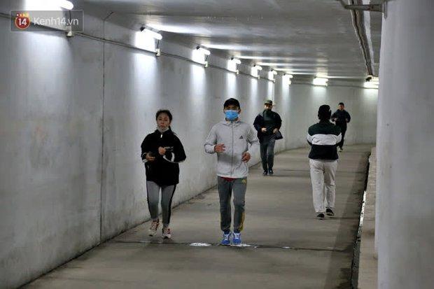 """Lạnh thấu xương dưới 10 độ C, người dân Hà Nội kéo nhau xuống """"hầm"""" tránh rét tập thể dục - Ảnh 4."""