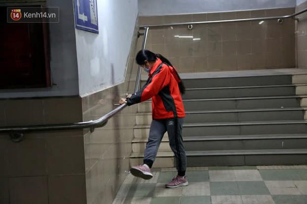 """Lạnh thấu xương dưới 10 độ C, người dân Hà Nội kéo nhau xuống """"hầm"""" tránh rét tập thể dục - Ảnh 9."""
