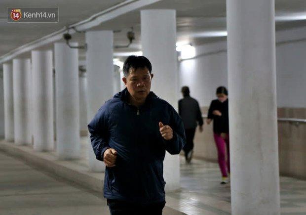 """Lạnh thấu xương dưới 10 độ C, người dân Hà Nội kéo nhau xuống """"hầm"""" tránh rét tập thể dục - Ảnh 14."""