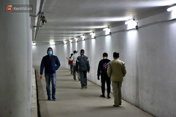 """Lạnh thấu xương dưới 10 độ C, người dân Hà Nội kéo nhau xuống """"hầm"""" tránh rét tập thể dục - Ảnh 2."""