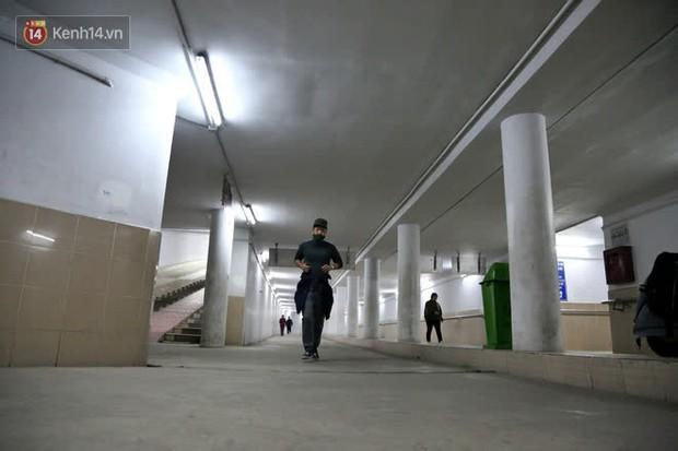 """Lạnh thấu xương dưới 10 độ C, người dân Hà Nội kéo nhau xuống """"hầm"""" tránh rét tập thể dục - Ảnh 16."""