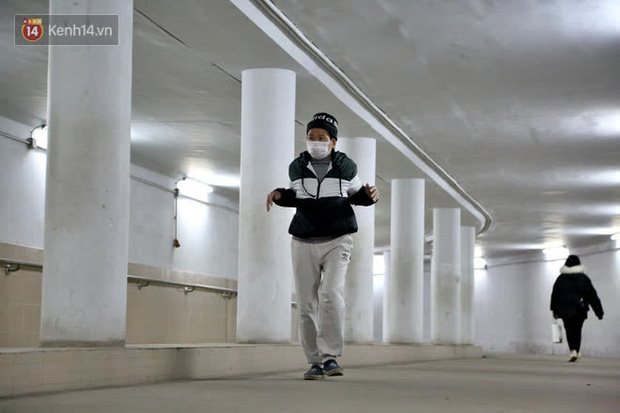 """Lạnh thấu xương dưới 10 độ C, người dân Hà Nội kéo nhau xuống """"hầm"""" tránh rét tập thể dục - Ảnh 5."""