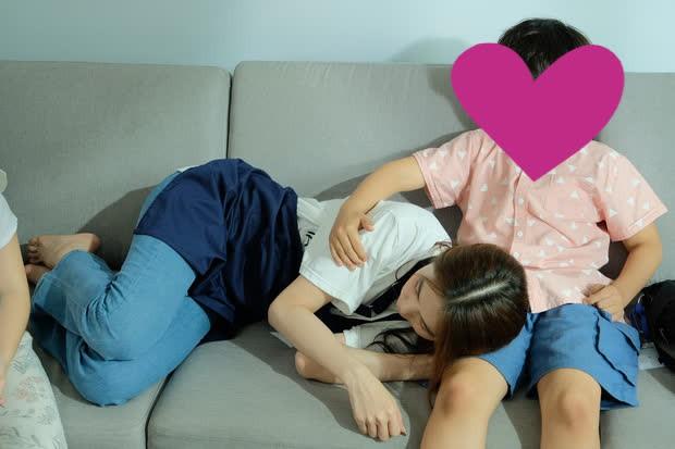 Tranh cãi ảnh Ngọc Trinh hôn chạm môi diễn viên nhí - ảnh 3