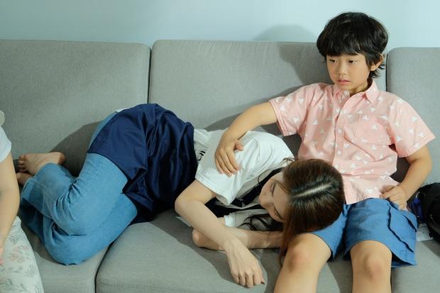 Nhức nhối ảnh Ngọc Trinh hôn chạm môi diễn viên nhí 8 tuổi, gia đình bé liền có phản hồi ngay và luôn - Ảnh 4.