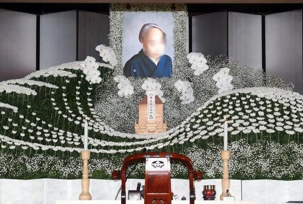 Người Nhật tiễn người đã khuất bằng hoa tươi theo cách cực kỳ lộng lẫy, công ty hoa tang lễ thu hơn tiền tỷ mỗi năm - Ảnh 2.