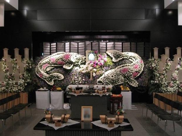 Người Nhật tiễn người đã khuất bằng hoa tươi theo cách cực kỳ lộng lẫy, công ty hoa tang lễ thu hơn tiền tỷ mỗi năm - Ảnh 4.