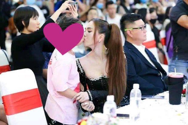 Tranh cãi ảnh Ngọc Trinh hôn chạm môi diễn viên nhí 8 tuổi, gia đình bé có phản hồi ngay và luôn - Ảnh 2.