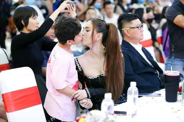 Nhức nhối ảnh Ngọc Trinh hôn chạm môi diễn viên nhí 8 tuổi, gia đình bé liền có phản hồi ngay và luôn - Ảnh 2.