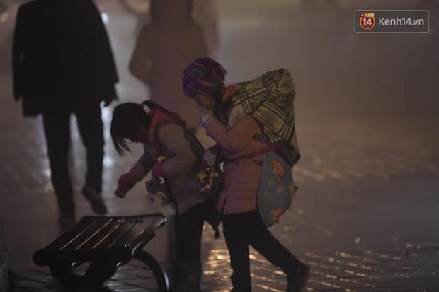 Chùm ảnh: Trẻ em ở Sa Pa bị đẩy ra đường bán hàng cho du khách dưới thời tiết 0 độ C - Ảnh 7.