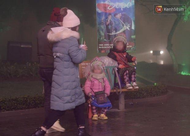 Chùm ảnh: Trẻ em ở Sa Pa bị đẩy ra đường bán hàng cho du khách dưới thời tiết 0 độ C - Ảnh 9.