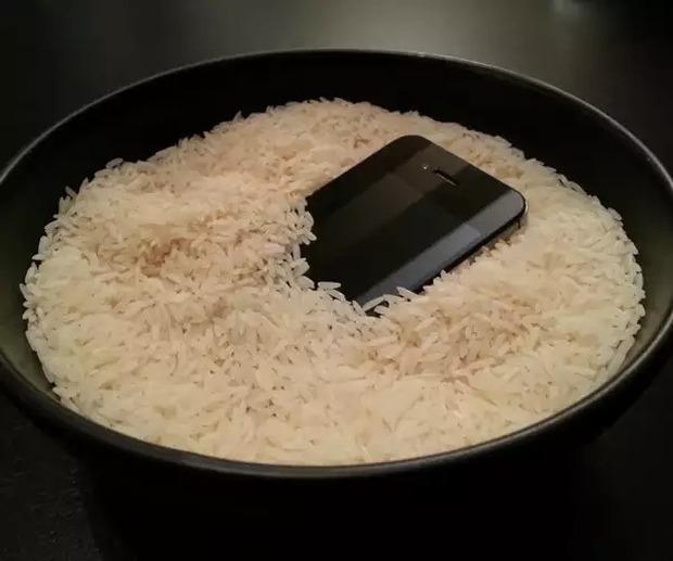 Đây là những việc bạn phải làm khi điện thoại bị rơi vào nước, tỷ lệ sống sót rất cao! - Ảnh 7.