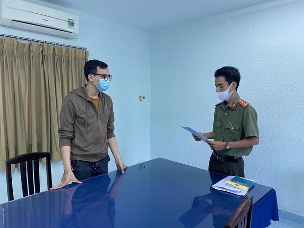 Tống đạt quyết định khởi tố bị can nam tiếp viên hàng không Vietnam Airlines làm lây lan dịch Covid-19 - Ảnh 1.