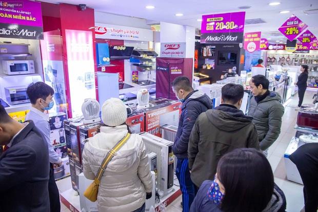 """Người dân Hà Nội đổ xô đi mua quạt sưởi, đèn sưởi: Siêu thị điện máy """"cháy hàng"""", doanh số tăng hàng trăm lần - Ảnh 3."""