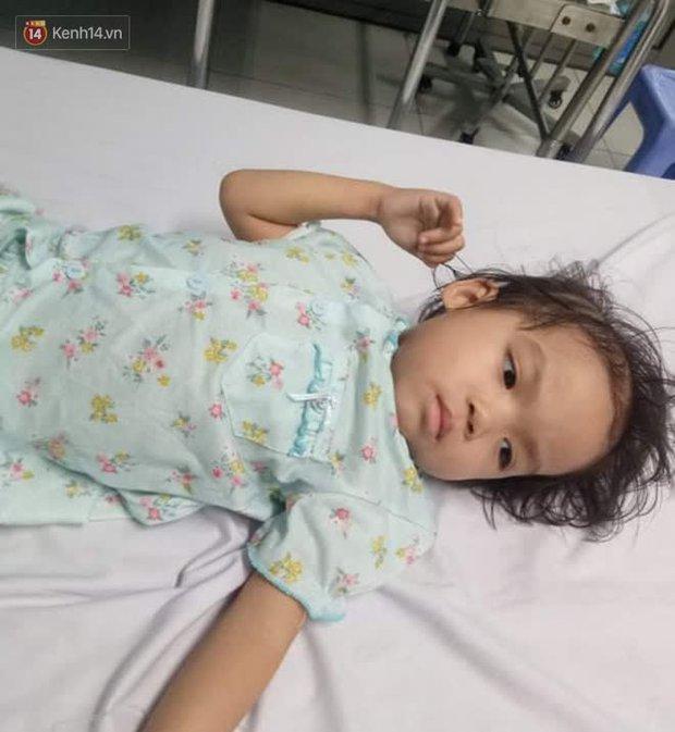 Bé gái 4 tuổi bị ung thư phải cắt bỏ 1 bên thận và câu nói nhói lòng trước ca xạ trị: Bố mẹ đừng khóc, con không đau đâu - Ảnh 2.