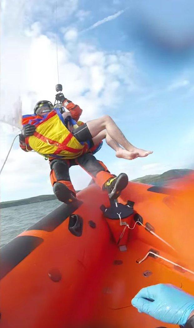 Túi chống nước cho điện thoại giúp chàng trai 17 tuổi thoát chết giữa biển - Ảnh 3.