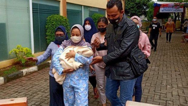 Vụ máy bay rơi ở Indonesia: Vợ ôm con 7 ngày tuổi đến bệnh viện chờ tin chồng và lời nhắn cuối đầy ám ảnh của nữ tiếp viên hàng không - Ảnh 2.