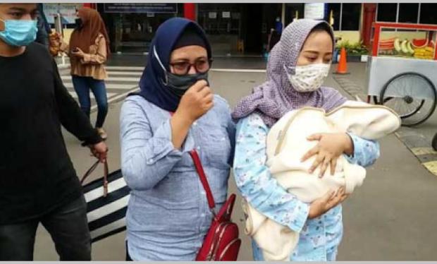 Vụ máy bay rơi ở Indonesia: Vợ ôm con 7 ngày tuổi đến bệnh viện chờ tin chồng và lời nhắn cuối đầy ám ảnh của nữ tiếp viên hàng không - Ảnh 3.