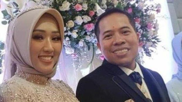 Vụ máy bay rơi ở Indonesia: Vợ ôm con 7 ngày tuổi đến bệnh viện chờ tin chồng và lời nhắn cuối đầy ám ảnh của nữ tiếp viên hàng không - Ảnh 6.
