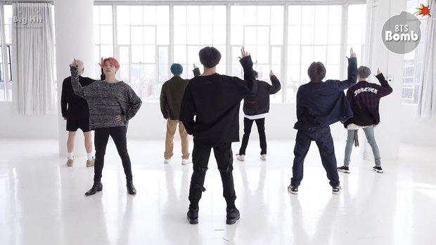 Bí ẩn khoảnh khắc gây hoang mang tột độ của BTS: V bị nghi liếm má Jin, J-Hope bay màu trên sân khấu MAMA, ngã ngửa khi tìm ra sự thật - Ảnh 4.