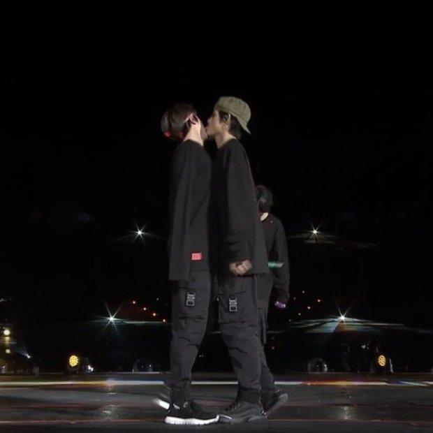 Bí ẩn khoảnh khắc gây hoang mang tột độ của BTS: V bị nghi liếm má Jin, J-Hope bay màu trên sân khấu MAMA, ngã ngửa khi tìm ra sự thật - Ảnh 10.
