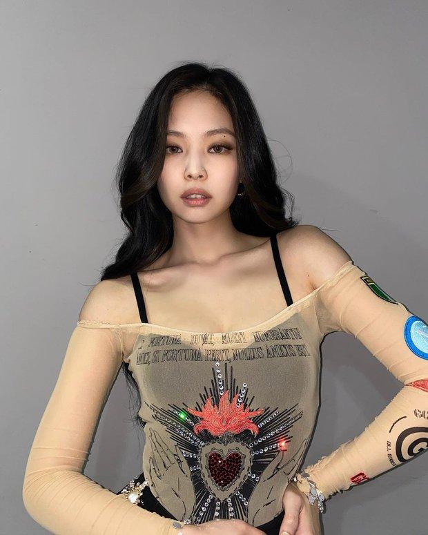 Jennie đặc biệt chỗ này: Mỗi lần lên đồ khoe vai 90 độ sexy là làm fan thổn thức - Ảnh 4.