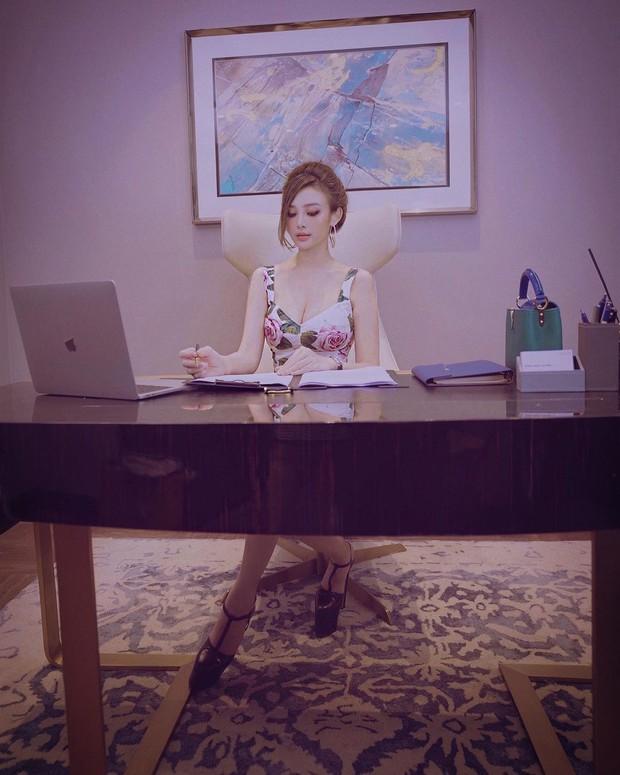 Ngắm nơi làm việc sang xịn của sao Việt: Minh Hằng, Hoàng Thuỳ Linh có phòng đẹp mê, riêng Ngọc Trinh bình dân bất ngờ - Ảnh 6.