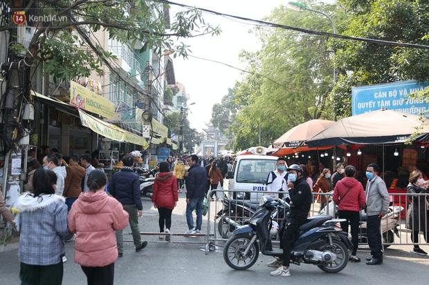 """Ảnh: Phủ Tây Hồ """"thất thủ"""", hàng ngàn người Hà Nội chen chân đi lễ ngày mùng 1 cuối cùng trong năm Canh Tý - Ảnh 3."""