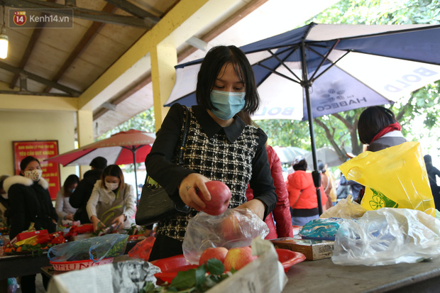 """Ảnh: Phủ Tây Hồ """"thất thủ"""", hàng ngàn người Hà Nội chen chân đi lễ ngày mùng 1 cuối cùng trong năm Canh Tý - Ảnh 12."""