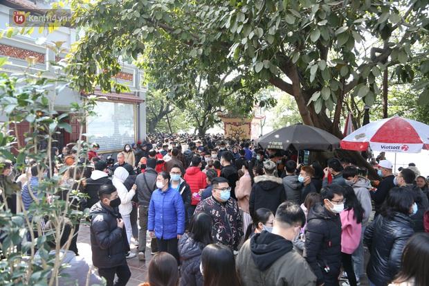 """Ảnh: Phủ Tây Hồ """"thất thủ"""", hàng ngàn người Hà Nội chen chân đi lễ ngày mùng 1 cuối cùng trong năm Canh Tý - Ảnh 2."""