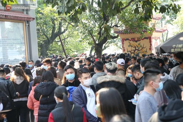 """Ảnh: Phủ Tây Hồ """"thất thủ"""", hàng ngàn người Hà Nội chen chân đi lễ ngày mùng 1 cuối cùng trong năm Canh Tý - Ảnh 18."""