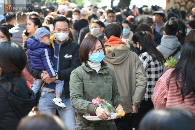 """Ảnh: Phủ Tây Hồ """"thất thủ"""", hàng ngàn người Hà Nội chen chân đi lễ ngày mùng 1 cuối cùng trong năm Canh Tý - Ảnh 17."""