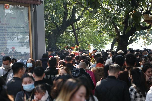 """Ảnh: Phủ Tây Hồ """"thất thủ"""", hàng ngàn người Hà Nội chen chân đi lễ ngày mùng 1 cuối cùng trong năm Canh Tý - Ảnh 21."""