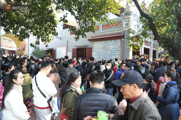 """Ảnh: Phủ Tây Hồ """"thất thủ"""", hàng ngàn người Hà Nội chen chân đi lễ ngày mùng 1 cuối cùng trong năm Canh Tý - Ảnh 16."""