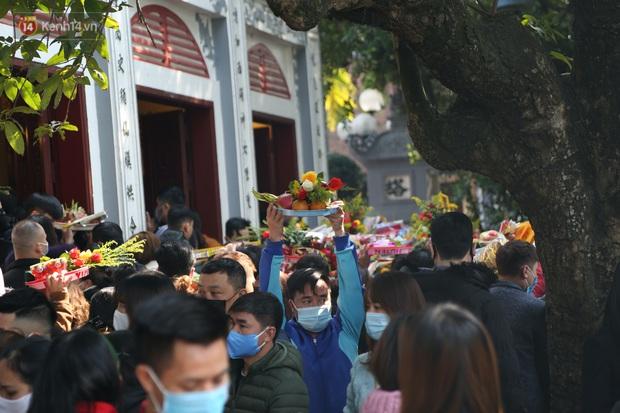 """Ảnh: Phủ Tây Hồ """"thất thủ"""", hàng ngàn người Hà Nội chen chân đi lễ ngày mùng 1 cuối cùng trong năm Canh Tý - Ảnh 19."""