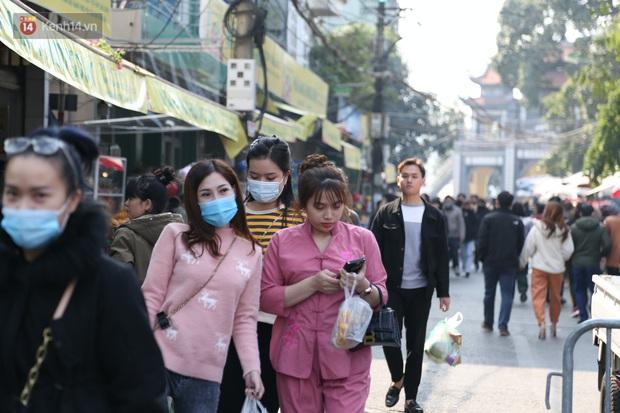 """Ảnh: Phủ Tây Hồ """"thất thủ"""", hàng ngàn người Hà Nội chen chân đi lễ ngày mùng 1 cuối cùng trong năm Canh Tý - Ảnh 5."""