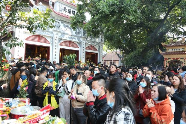 """Ảnh: Phủ Tây Hồ """"thất thủ"""", hàng ngàn người Hà Nội chen chân đi lễ ngày mùng 1 cuối cùng trong năm Canh Tý - Ảnh 22."""