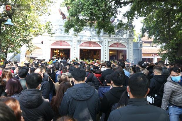 """Ảnh: Phủ Tây Hồ """"thất thủ"""", hàng ngàn người Hà Nội chen chân đi lễ ngày mùng 1 cuối cùng trong năm Canh Tý - Ảnh 23."""