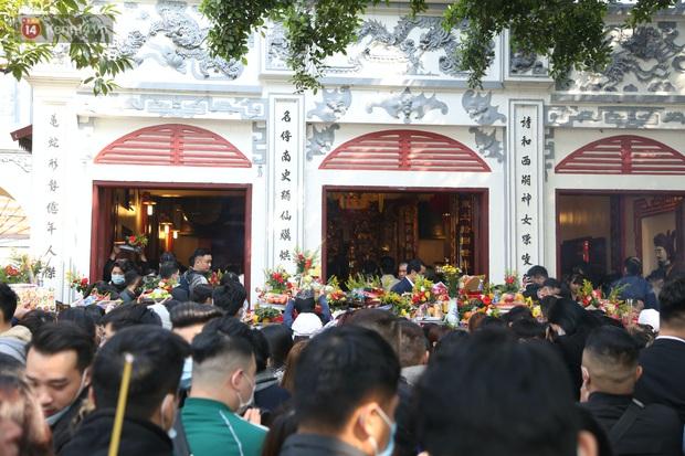 """Ảnh: Phủ Tây Hồ """"thất thủ"""", hàng ngàn người Hà Nội chen chân đi lễ ngày mùng 1 cuối cùng trong năm Canh Tý - Ảnh 24."""