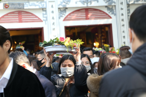 """Ảnh: Phủ Tây Hồ """"thất thủ"""", hàng ngàn người Hà Nội chen chân đi lễ ngày mùng 1 cuối cùng trong năm Canh Tý - Ảnh 20."""