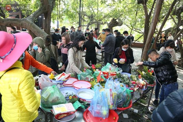 """Ảnh: Phủ Tây Hồ """"thất thủ"""", hàng ngàn người Hà Nội chen chân đi lễ ngày mùng 1 cuối cùng trong năm Canh Tý - Ảnh 15."""
