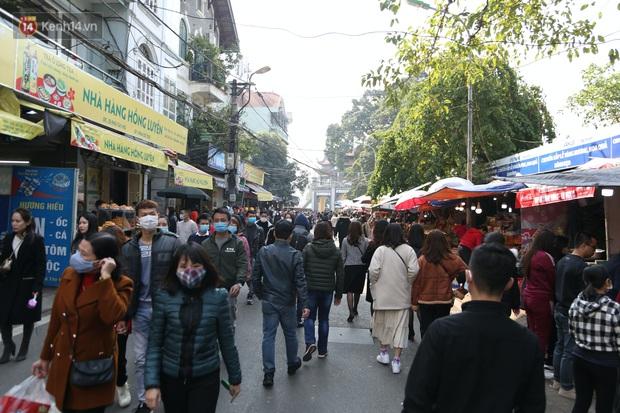 """Ảnh: Phủ Tây Hồ """"thất thủ"""", hàng ngàn người Hà Nội chen chân đi lễ ngày mùng 1 cuối cùng trong năm Canh Tý - Ảnh 4."""