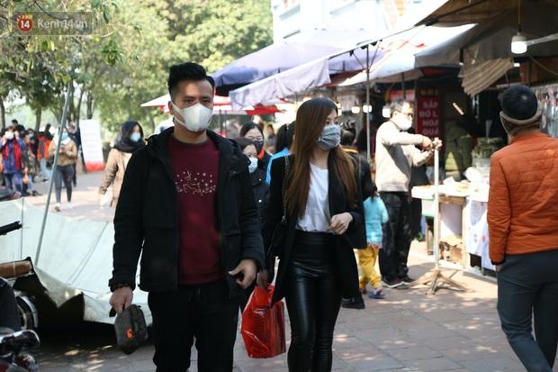 """Ảnh: Phủ Tây Hồ """"thất thủ"""", hàng ngàn người Hà Nội chen chân đi lễ ngày mùng 1 cuối cùng trong năm Canh Tý - Ảnh 8."""