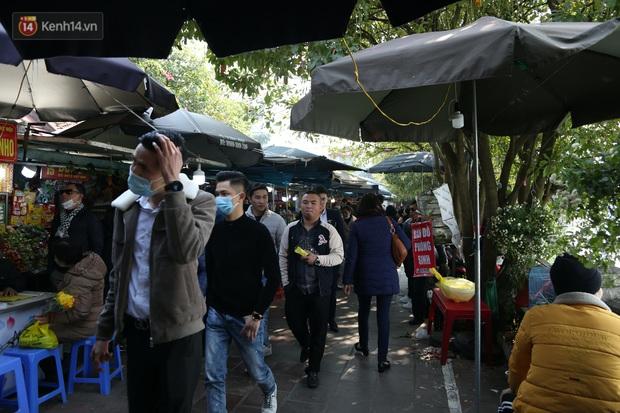 """Ảnh: Phủ Tây Hồ """"thất thủ"""", hàng ngàn người Hà Nội chen chân đi lễ ngày mùng 1 cuối cùng trong năm Canh Tý - Ảnh 6."""