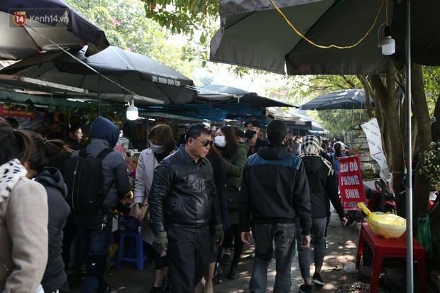 """Ảnh: Phủ Tây Hồ """"thất thủ"""", hàng ngàn người Hà Nội chen chân đi lễ ngày mùng 1 cuối cùng trong năm Canh Tý - Ảnh 7."""