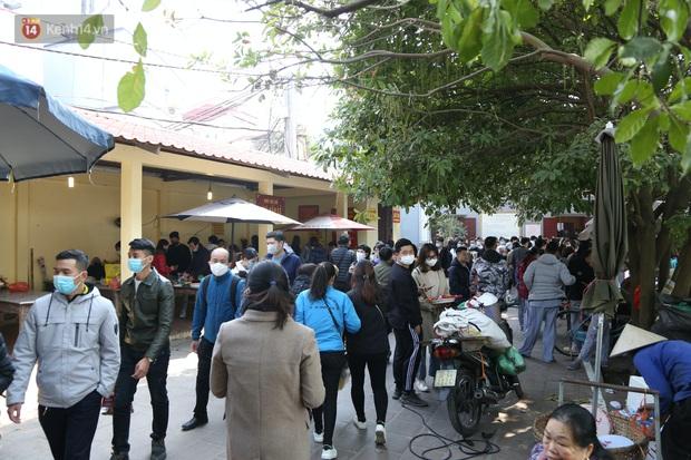 """Ảnh: Phủ Tây Hồ """"thất thủ"""", hàng ngàn người Hà Nội chen chân đi lễ ngày mùng 1 cuối cùng trong năm Canh Tý - Ảnh 10."""