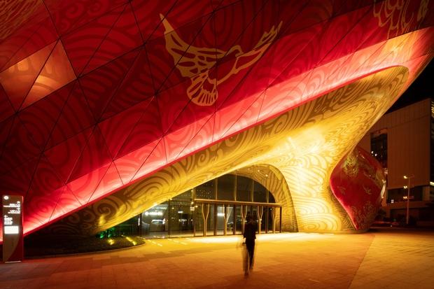 Công trình kiến trúc xấu nhất Trung Quốc khiến dân mạng cười mệt: Vừa loè loẹt gây nhức mắt lại u ám hệt như lối vào cõi âm - Ảnh 2.