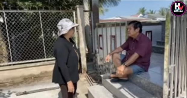 Xót xa hình ảnh bố mẹ Vân Quang Long lặng lẽ bên mộ phần của con trai, lên tiếng nói rõ chuyện không nhận cháu gây xôn xao - Ảnh 4.
